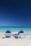 De Stoelen van de zitkamer op het Strand en de Oceaan van het Zand Royalty-vrije Stock Foto