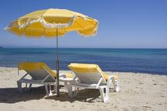 De stoelen van de zitkamer op het strand van heilige -heilige-tropez Stock Afbeeldingen