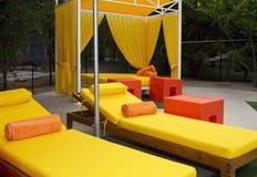 De Stoelen van de Zitkamer van het Zwembad van het hotel Stock Fotografie