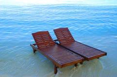 De stoelen van het canvas op het strand Stock Afbeeldingen