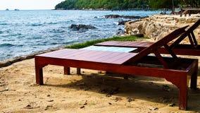 De Stoelen van het canvas op tropisch strand Stock Fotografie