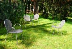 De stoelen van het ijzer in de tuin Royalty-vrije Stock Fotografie