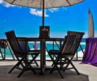 De stoelen van het restaurant bij oceaankust Royalty-vrije Stock Afbeelding