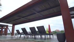 De stoelen van Nice onder het dak op het rivierstrand stock video