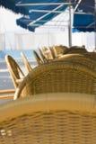 De stoelen van Wattled in straatkoffie Royalty-vrije Stock Foto