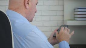 De Stoeltekst die van zakenmansitting in manager Smartphone gebruiken stock fotografie