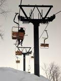 De stoeltjeslift van de berg: de laatste skiër Stock Afbeelding