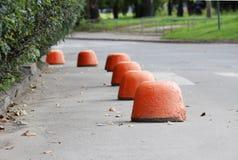 de stoep dichtbij het huis en het oranje hemisfeerparkeren versterkte tegen de ingang van voertuigen Relevant wanneer de gevaarsv stock foto