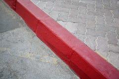 De stoep van de voetpadbestrating met verkeersteken Stock Afbeelding