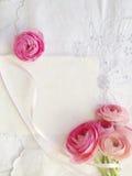 Decoratieve stof met roze ranunculus en exemplaarruimte stock foto's