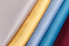 De stof vouwde keurig, opgemaakt met verschillende patronen voor desig Stock Afbeeldingen