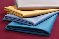 De stof vouwde keurig, opgemaakt met verschillende patronen voor desig Stock Foto's