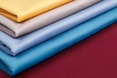 De stof vouwde keurig, opgemaakt met verschillende patronen voor desig Royalty-vrije Stock Fotografie