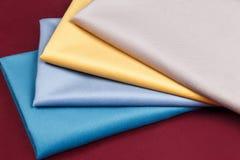 De stof vouwde keurig, opgemaakt met verschillende patronen voor desig Stock Afbeelding