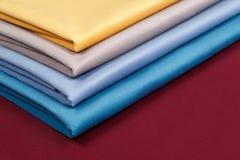 De stof vouwde keurig, opgemaakt met verschillende patronen voor desig Royalty-vrije Stock Afbeeldingen