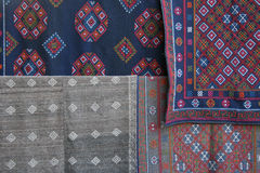 De stoffen met geborduurde patronen worden worden verkocht bij de markt van een dorp dichtbij Gangtey verfraaid die (Bhutan) Stock Afbeeldingen