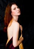 De stoffen van het de holdingssatijn van de vrouw met naakte schouder Royalty-vrije Stock Foto's