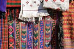 De stoffen worden verkocht bij de markt van een dorp (Bhutan) Stock Foto
