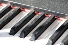 De stoffige sleutels van de Piano Het aarzelende beeld van het musicusconcept Gebrek aan prac Stock Foto's