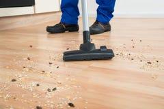 De Stofzuiger van portiercleaning floor with Royalty-vrije Stock Foto