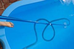 De stofzuiger voor de pool, maakt en geeft voor de bodem van de pool schoon verzamel, absorbeer huisvuil en vuil neemt automatisc stock afbeeldingen