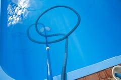 De stofzuiger voor de pool, maakt en geeft voor de bodem van de pool schoon verzamel, absorbeer huisvuil en vuil neemt automatisc stock afbeelding