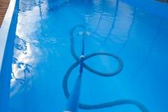 De stofzuiger voor de pool, maakt en geeft voor de bodem van de pool schoon verzamel, absorbeer huisvuil en vuil neemt automatisc stock fotografie