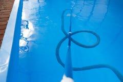 De stofzuiger voor de pool, maakt en geeft voor de bodem van de pool schoon verzamel, absorbeer huisvuil en vuil neemt automatisc stock foto