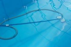 De stofzuiger voor de pool, maakt en geeft voor de bodem van de pool schoon verzamel, absorbeer huisvuil en vuil neemt automatisc royalty-vrije stock foto's
