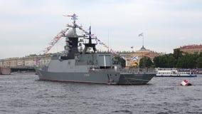 ` de Stoikiy do ` do barco-patrulha Preparação para o dia da marinha em St Petersburg
