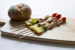 De stok en het brood van het barbecuevarkensvlees op houten Royalty-vrije Stock Afbeeldingen