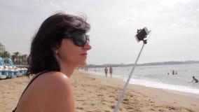 De Stok van Selfie van het meisjesgebruik om Foto's op overzees strand te nemen stock video