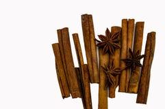 De stokken van Bruine de anijsplant van de kaneelster isoleren op een wit close-up als achtergrond stock afbeeldingen