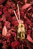 De Stokken van de geur met Welriekend mengsel van gedroogde bloemen en kruiden royalty-vrije stock fotografie