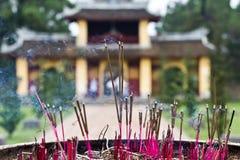 De stokken van de wierook in de Pagode van Thien Mu, Tint, Vietnam stock afbeeldingen