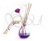 De stokken van het aroma in fles met lavendelolie Stock Foto