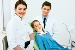 De stomatologie Tandheelkundeartsen en Patiënt in Tandarts Office stock afbeelding