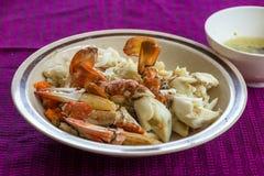 De stoom en kookt krabben met zeevruchten kruidige saus Royalty-vrije Stock Afbeelding