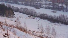 De stoom-ontwerper op een wit stoombootland op de skis bij de voet van de skihelling stock videobeelden
