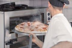 De stoom van de de chef-kokpizza van de close-upoven Stock Foto