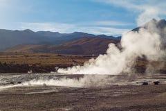De stoom van het geiserwater op woestijn stock fotografie