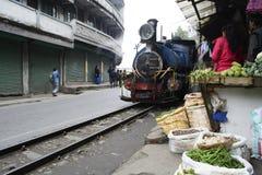 De stoommotor die van Darjeeling door Ghoom-markt overgaan royalty-vrije stock afbeeldingen