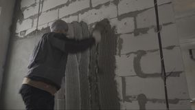 De stopverfmuur van de bouwersstopverf stock video