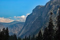 De stora bergen av den Yosemite nationalparken USA Royaltyfri Bild
