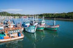 De stora fiskebåtarna på hamnen i det Phuket landskapet Royaltyfria Foton