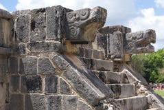 De stora Plazadetaljerna Venus Platform skulpturer i Chichen Itza, Mexico Arkivfoto