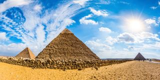 De stora pyramiderna av Giza, Egypten royaltyfri fotografi