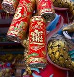 De stora röda kinesiska firecrackersna symbolet av kinesiskt hänga för festival för nytt år Arkivbilder