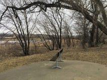 De stora Sioux River flödena över vaggar i Sioux Falls South Dakota med sikter av djurliv, fördärvar, parkerar banor, drevspårbro royaltyfri foto