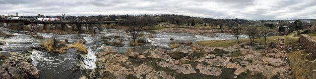De stora Sioux River flödena över vaggar i Sioux Falls South Dakota med sikter av djurliv, fördärvar, parkerar banor, drevspårbro arkivbilder